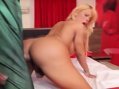 Irresistible bigbutt tgirl doggystyled