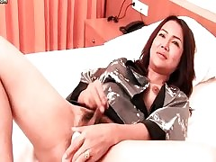 Sex-mad shemale inserts jumbo dildo